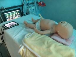 Immagine di un simulatore SimNewB Laerdal nel Centro NINA